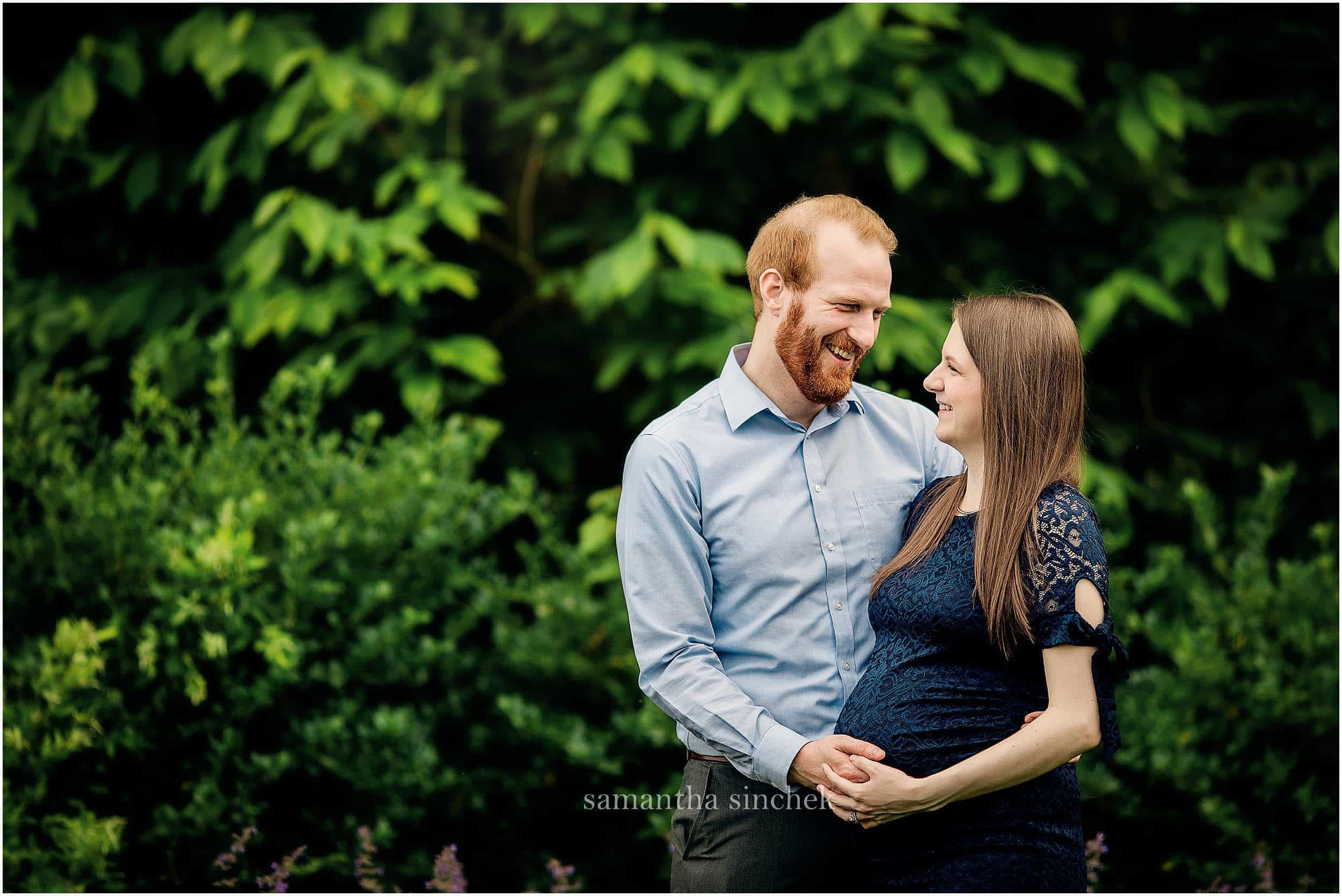father kisses mother on head while at maternity pictures with Samantha Sinchek photography of Cincinnati Ohio