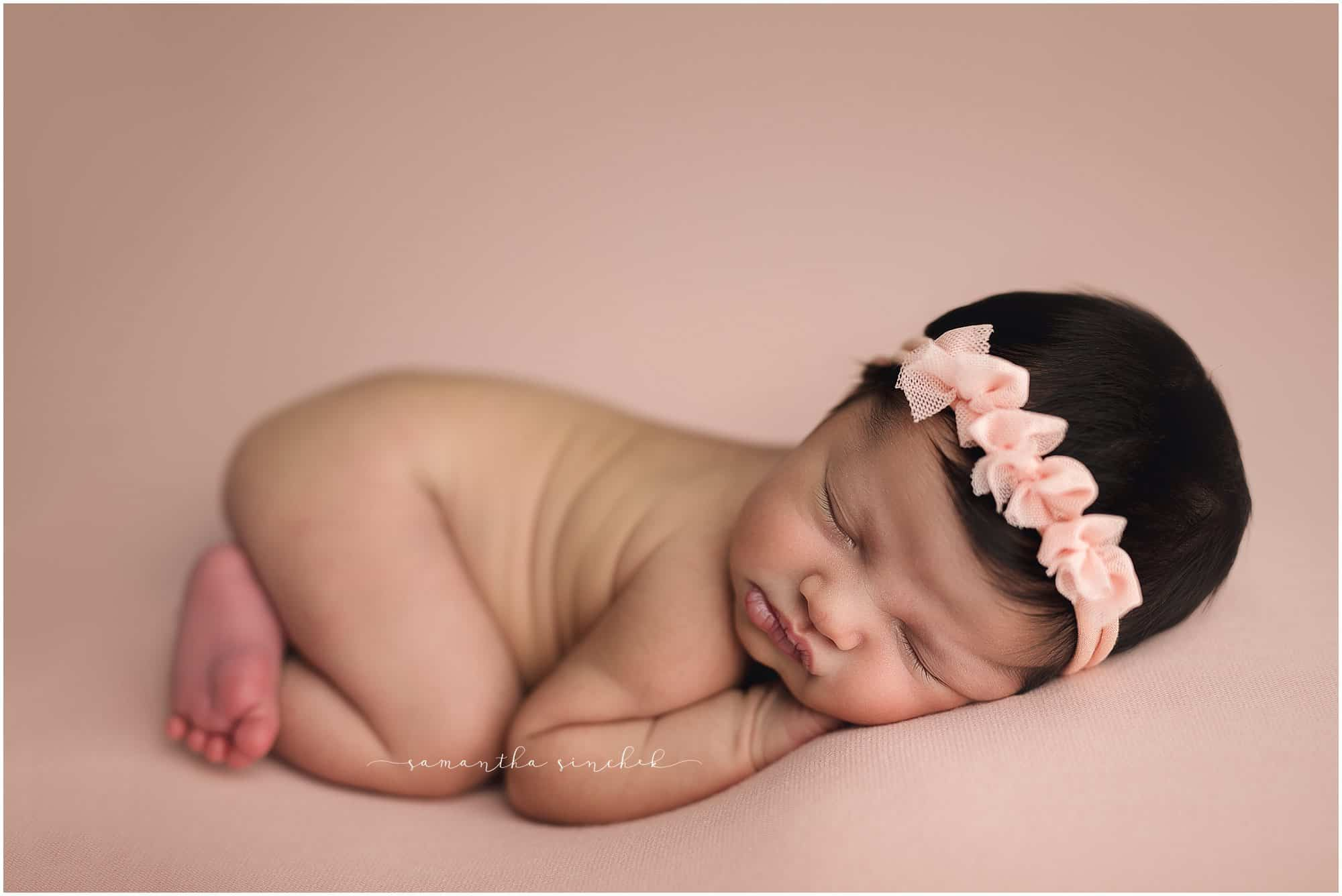cincinnati newborn baby photographer Samantha sinchek creates stunning newborn pictures at her studio in loveland ohio